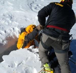L'uomo viene estratto dal crepaccio (Photo Ansa/Guardia di Finanza di Entreves)