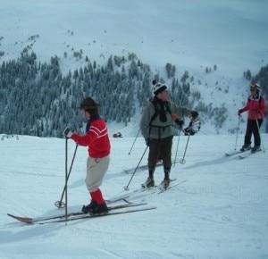 Sciatori con la vecchia attrezzatura in legno (Photo courtesy of www.dovesciare.it)