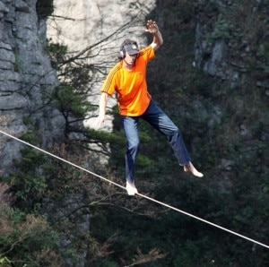Dean Potter durante lo slacklining nell'Enshi Grand Canyon in Cina (Photo courtesy of www.thesun.co.uk)