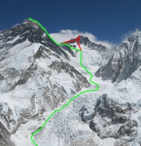 La linea di salita all'Everest in verde, e quella di ritorno che passa dalla vetta del Lhotse in rosso (Photo rauschderberge.de)