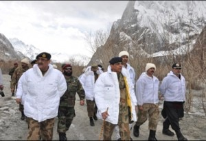Kayani visiting avalanche location (Photo courtesy thenews.com