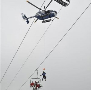 Un soccorritore viene calato dall'elicottero per soccorrere due degli sciatori bloccati (Photo DL/Philippe CHAMBIER)