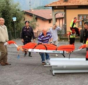 Il recupero e il trasporto della salma da parte dei volontari del Soccorso Alpino (Photo courtesy of selva selva / laprovinciadicomo.it)