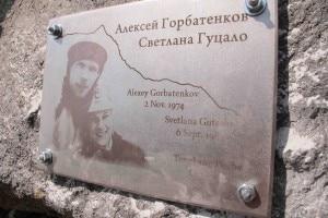 Targa in memoria dei due alpinisti (Photo Simone Moro)