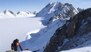 Natasha Sebire verso la cima del Castle Peak_ dietro il Mr Mighty la cima più alta  lungo la cresta (Photo Gemma Woldendorp)