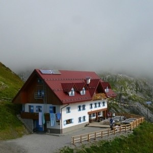 Rifugio Giovanni e Olinto Marinelli (Photo courtesy www.naturamediterraneo.com)