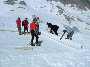 Stesura teli geotessili sul ghiacciaio presena (Photo courtesy adamelloski.it)