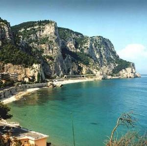 Una delle baie di Finale Ligure (Photo courtesy of www.summitdown.com)