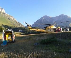 L'elicottero atterra a Prati di Tivo perchè il ferito venga trasportato all'ospedale con l'ambulanza (Photo courtesy of CNSAS Abruzzo)