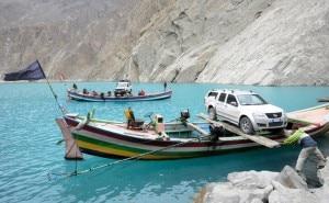 Il fuoristrada sul barcone del lago di Attabad (Photo courtesy S.Mondinelli)