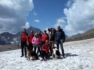 La troupe di RaiDue e la squadra del Cnsas al Passo Madriccio (Photo courtesy G.Gajer)