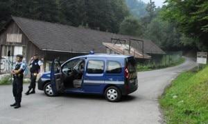 La gendarmeria francese sul luogo dell'omicidio (photo courtesy guardian.co.uk)