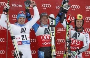 Lo sciatore italiano Manfred Moelgg -primo a sinistra- sul podio dello slalom gigante di Soelden. Accanto all'azzurro ci sono l'americano Ted Ligety e l'austriaco Marcel Hirscher (Photo courtesy of Reuters/Dominic Ebenbichler)