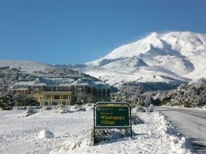La cittadina di Whakapapa e Monte Ruapehu sullo sfondo (Photo courtesy of www.chateau.co.nz)