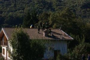 I soccorritori durante il recupero del parapendista (Photo courtesy of www.valsassinanews.com)