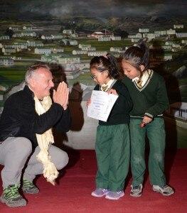 DSC_1088.jpg KHUMJUNG - Agostino DA Polenza  Premia una bambina della sc