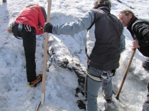 Il team di recupero al lavoro sul Presena (Photo courtesy of www.ladigetto.it)