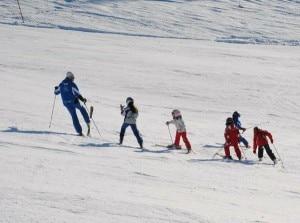 Bambini sugli sci seguiti dall'istruttore (Photo courtesy of fronzi/L'Eco di Bergamo.it)