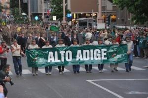 Un momento della sfilata degli alpini durante l'ultima adunata nazionale tra le vie di Bolzano (Photo courtesy of www.ana.it)