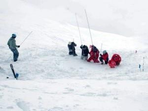 I soccorritori durante le operazioni di ricerca di eventuali altre persone sepolte sotto la neve della valanga caduta a Engelberg (Photo courtesy of Keystone)