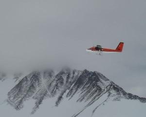 Un aereo simile a quello schiantato sorvola il Massiccio Vinson in Antartide (Photo courtesy www.explorersweb.com)