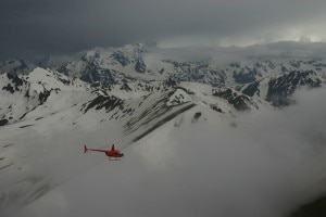 Un elicottero sorvola il Monte Elbrus (Photo courtesy of www.flickr.com/photos/40250776@N08/)