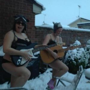 La fotografia con cui è iniziata Lets get naked in the snow (Photo courtesy of www.facebook.com/pages/Wiltshire-Lets-get-naked-in-the-snow)