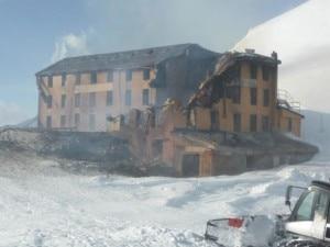 Ciò che rimaneva del Rifugio Guglielmina dopo lo spegnimento dell'incendio (Photo courtesy of  www.aostaoggi.it)