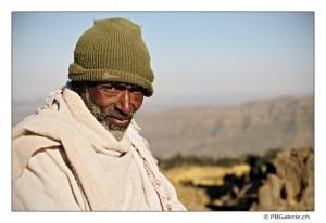 Uomo sulla cima del Mount Ashetan 3200 metri (Photo travel.pboog.com)