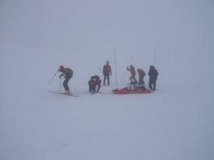 La ricerca di un disperso in valanga con condizioni meteo difficili da parte del Soccorso Alpino (Photo courtesy of www.cnsasvr.it)