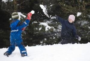 Bambini giocano a palle di neve (Photo courtesy of www.pianetamamma.it)