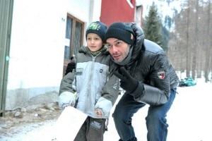 Fabri Fibra con un giovanissimo fan durante una pausa delle riprese (Photo Walter Moroni courtesy of edizioni.lastampa.it di Novara e Verbano Cusio Ossola)