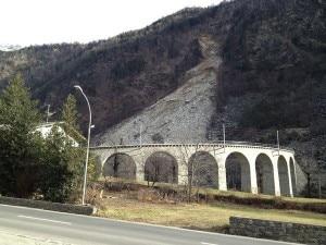 La frana è caduta nei pressi del viadotto di Brusio, bloccando la circolazione ferroviaria (Photo courtesy of La Provincia di Sondrio)