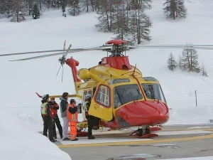 L'elicottero del 118 recupera un ferito sulle nevi di Livigno (Photo Daniele Castellani courtesy of www.laprovinciadisondrio.it)
