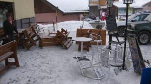 I danni provocati ad un esercizio commerciale del Passo del Tonale dal passaggio dell'elicottero (Photo courtesy of www.ladigetto.it)