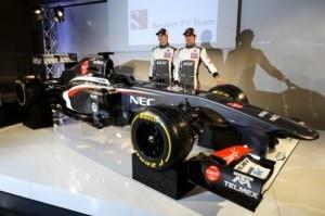 Nico Hulkenberg e Esteban Gutierrez durante la presentazione della nuova Sauber C-32 (Photo courtesy of www.sauber-motorsport.com)