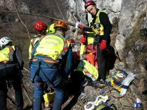 Il Soccorso Alpino presta le prime cure al rocciatore ferito (Photo courtesy of Cnsas Veneto)