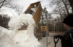 Un Camion scarica la neve raccolta (Photo courtesy of photos.mlive.com)