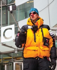 L'alpinista Daniel Hughes testa lo smartphone all'esterno degli studi della Bbc (Photo courtesy of www.everestmillion.com)