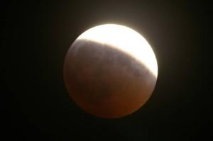 eclissi-parziale-di-luna-photo-courtesy-ilperiodico.it_2-300x199.jpg