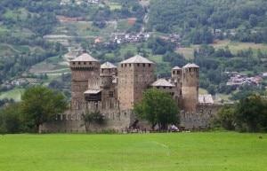 Il castello di Fénis nella cittadina omonima, è uno dei castelli medievali più famosi della Valle d'Aosta. La costruzione fu voluta dalla nobile famiglia valdostana dei Challant che governarono per molto tempo l'intera regione alpina (Photo Bottel Jacques courtesy of commons.wikimedia.org)