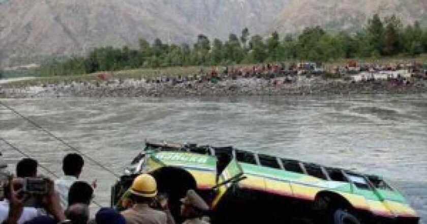 Il-pullman-finito-nel-fiume-nellHimalaya-indiano-Photo-kashmirmonitor.org_-300x202.jpg