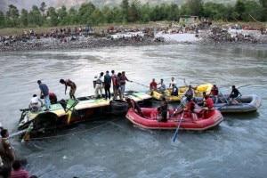 Il pullman finito nel fiume nell'Himalaya indiano (Photo www.thehindu.com)