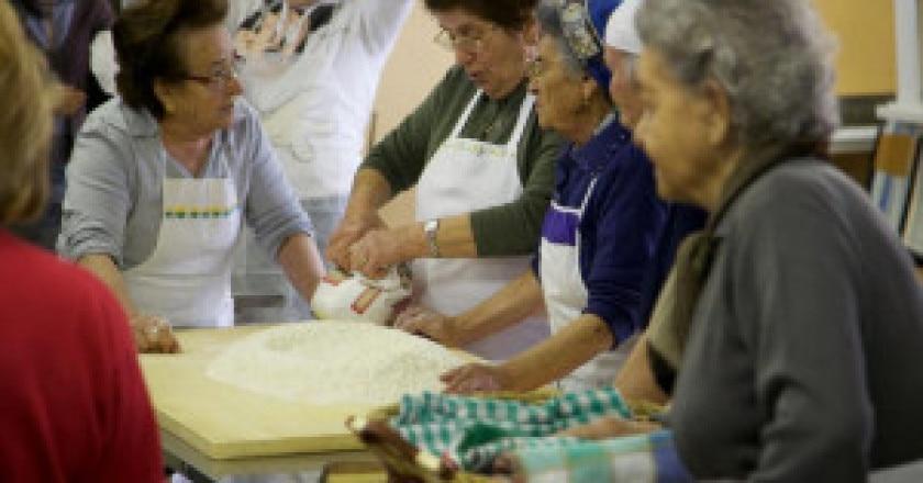 Lezione-di-cucina-intergenerazionale-tenutasi-a-Gubbio-Photo-courtesy-Facebook.com_-300x211.jpg