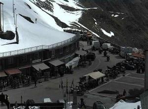 Il passo dello Stelvio appena riaperto è già popolato da automobili e motociclette (Photo courtesy of webcam.popso.it)