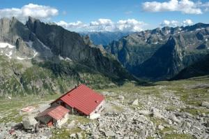 Il rifugio Gianetti e il suo magnifico panorama frontale (Photo archivio Emanuela Fagioli)