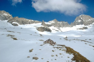 Panoramica primaverile de rifugio e del Badile (Photo archivio Emanuela Fagioli)