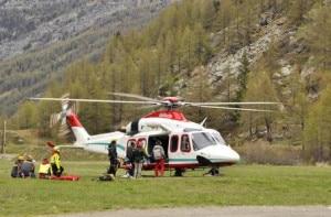 Ricerche del soccorso alpino con il supporto dell'elicottero (Photo courtesy of Ansa.it)