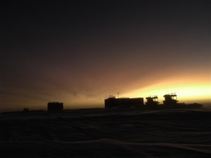 Il campo della spedizione The Coldest Journey al tramonto (Photo Brian Newham courtesy of www.thecoldestjourney.org)