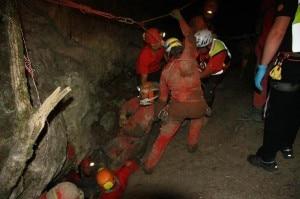 Gli speleologi del Cnsas riescono ad estrarre il proprio compagno dalla grotta (Photo courtesy of Cnsas Emilia Romagna/Cnsas Umbria/Ansa)